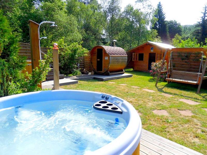 jardin bien tre avec jacuzzi et sauna en plein air camping du muhlenbach. Black Bedroom Furniture Sets. Home Design Ideas